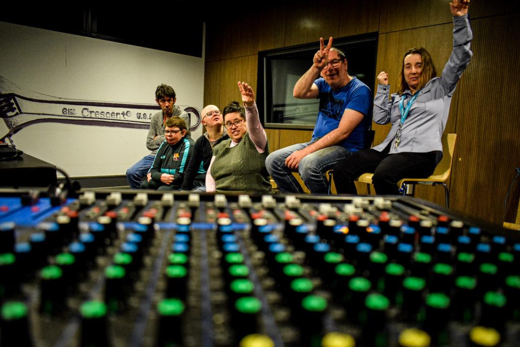 Le groupe du CAJ dans les studio du 106